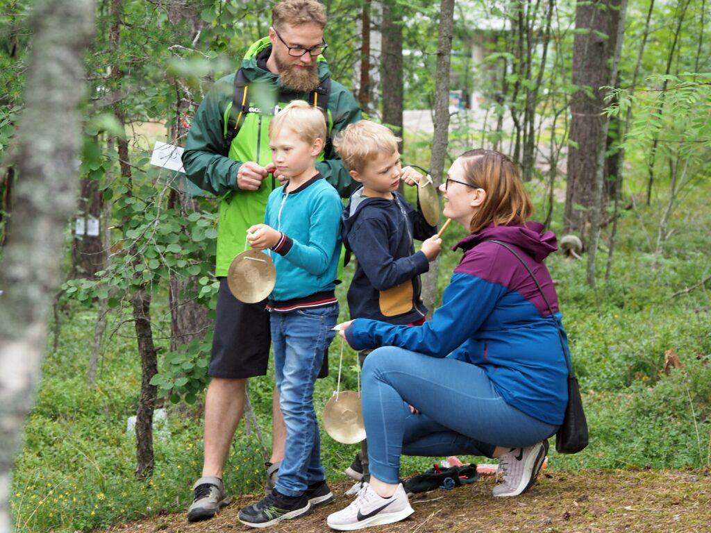 Perhe luontoretkellä
